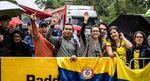 ... die kolumbianischen Radsportfans ließen sich von ein bisschen Regen nicht die Laune verderben ...