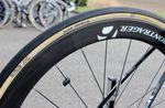 Normalerweise versorgt Bontrager das Trek Factory Racing Team auch mit Reifen. Im Falle von Paris-Roubaix stimmt das aber nicht, denn es kommen bei Cancellara FMBs 27mm Paris-Roubaix-Reifen zum Einsatz, die handgemacht von vielen Fahrern im Peloton verwendet werden, wenn es um Kopfsteinpflaster-Strecken geht.