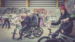 Oliver Frömter (Mitte) mit einer für seinen Job beim kunstform BMX Shop typischen Handbewegung