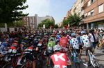 Ein langer Tag lag vor den Fahrern, als sie sich in Lliria auf den Weg der 207km Etappe machten. (Foto: Sirotti)