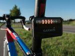 Garmin Varia Fahrradradar – Rücklicht-/Radareinheit: Sobald sich ein Fahrzeug nähert, schalten sich am Rücklicht für beste Sichtbarkeit immer mehr LEDs hinzu. Aus zwei werden vier ...
