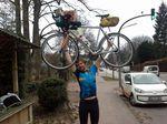 Dies ist René, als er die Transcimbrica gewonnen hat. Die Transcimbrica ist ein sehr kleines Bikepackingrennen. Es findet im März statt. Die Route führt von Hamburg nach Skagen und wieder zurück.