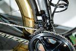 Aus welchem Winkel auch immer: Die Laufräder und die irisierende Rahmenlackierung ziehen unweigerlich die Blicke auf sich. Foto: Jim Fryer/brakethroughmedia.com
