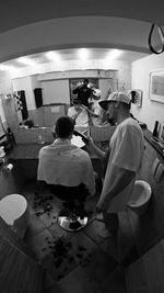 Hier frisiert der Regisseur noch selbst: Marc Reschke verpasst Erik Herschke einen neuen Haarschnitt