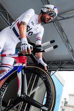 Zuvor fuhr Wiggins eine schwarz-goldene Ausführung des Pinarello Bolide. Die neue Lackierung wurde nun auf der Tour of Britain enthüllt. Außerdem fuhr er ein neuen 3-speichiges vorderes Laufrad von Pro. (Foto: Simon Wilkinson/SWPix.com)