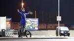 Keine Ausreden! Der Bikers-Base-Teamfahrer Jannik Raykowski trotzt auf einem beleuchteten Parkplatz in Lüneburg der Kälte.