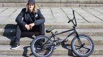 Zu seinem zehnjährigen Radfahrjubiläum (herzlichen Glückwunsch!) haben wethepeople und Odyssey Moritz Nußbaumer einen neuen Hobel spendiert.