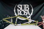 """Spirituell angehauchte BMXer sind bei Joris Coulombs Signaturerahmen von Subrosa an der richtigen Adresse. Der hat nämlich nicht nur einen kurzen Hinterbau (12,9""""), sondern auch einige hinduistisch beeinflußte Sticker und hört auf den Namen """"OM"""""""