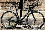 Das BMC Granfondo GF02 Carbon ist die neueste Ergänzung zu BMCs Rennrad-Portfolio der Marathon-Bikes. Der rahmen gleicht dem GF01, wurde aber mit einem etwas günstigeren Carbon-Layup gefertigt.