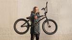 Paul Thölen stellt sein neues Rad, einen Total BMX Sandstorm, vor.