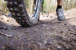 Bei erhöhtem Druck auf das Vorderrad vergrößert sich auch die Auflagefläche und somit steigen Traktion und Bremswirkung.
