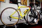 Weitere Eindrücke vom Ausstellungsbereich. Hier ein Carbon-Rad in Marco Pantani-Stil.