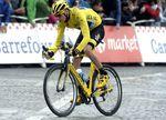 Hier sieht man Chris Froome auf seinem gelben Pinarello Dogma F8 als er 2015 auf der Champs-Elysees dem Gesamtsieg entgegensteuert. (Foto: Sirotti)