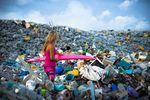 Alison Teal versinkt auf dem Weg zum Meer im Müll.