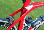 Der IsoSpeed Entkoppler des Trek Madone wurde entwickelt, um je nach Ausführung (H1 oder H2) zwischen 19 und 21 Millimetern an vertikaler Flexibilität zu bieten. Laut Trek wird so, gegenüber dem wichtigsten Konkurrenz-Bike, eine Verbesserung von 57,5 Prozent erzielt.
