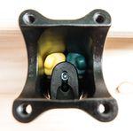 Das anschließend einzuschraubende Fixierelement hält die Elastomere an Ort und Stelle und komprimiert diese vor.