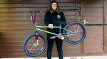 """Bling, bling! Gottfried """"Gotti"""" Mühlbauer hat sich ein Rad zusammengebaut, das fast komplett aus Teilen in oil slick besteht. Mehr dazu in unserem Bikecheck"""