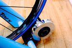 Der Tacx Blue Motion Rollentrainer ist robust, leicht einzustellen und bietet dem Sportler ein komfortables Tretgefühl.