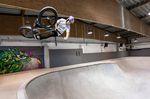 Sergio Layos mit einem Air im Bowl der Skatehalle Innsbruck