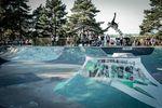 Alex Hiam, No Handed 360 über die Spine im Skatepark von Hard
