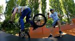 Ride together not against! Der BMXer Kevin Liehn und die Skateboardlegende Jürgen Horrwarth sind für TSG Helmets eine Tagteamsession im Mellowpark gefahren.