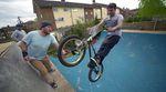 Manche Sachen kann man sich einfach immer wieder angucken. Der Trick, wie man eine Bierfalsche an einem fahrenden BMX-Rad öffnet, gehört definitiv dazu!