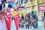 Auf der ansteigenden Zielgerade behielt Sagan die Ruhe selbst bevor er zum entscheidenden Sprint ausholte. Gilbert und Colbrelli hatten keine Chance gegen den Weltmeister. (Foto: © ASO)