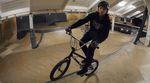 Der Tailtap ist einer der absoluten Basics des BMX-Rampefahrens. In diesem How-to-Video erklärt dir Michael Meisel, worauf du bei diesem Trick achten musst.