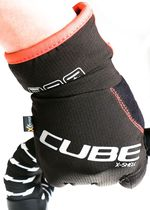 Der Cube Natural Fit X-Shell Langfinger-Handschuh hält Kälte und Nässe draußen. Foto: Arian Schlichenmayer