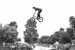 Wer schon mal bei BMX Cologne dabei war, weiß, wie verdammt die steil die Spine der Minirampe ist. Nicht umsonst heißt sie auch die Klinge. Jack Mould hatte das Ding dennoch bestens im Griff und machte Double Trucks zum Schwung holen