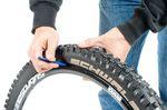 Schritt 1: Reifenheber ansetzen ©Martin Ohliger