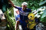 Unvergesslich ist Philipe Gilberts Sturz über die Mauer auf der 11. Etappe. Der Belgier fuhr noch weiter isn Ziel, musste dann aufgrund seiner Verletzung das Rennen aufgeben. (© ASO)