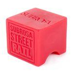 Passend zum Street Rail bietet Subrosa auch diesen Waxklotz an, dessen runde Aussparung perfekt zum Rail passt