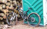 An diesen Tagen kann man wohl kaum auf Klo gehen und es vermeiden, dass von seinem Prototyp Bike ein Bild gemacht wird. Gee Atherton`s GT.