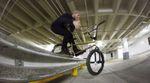 TG: Mike Hinkens hat im Februar keine andere Wahl, als BMX in einer Tiefgarage zu fahren.