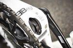 Das Tretlager ist asymetrisch konzipiert und bietet auf der linken Seite 11mm mehr Breite. Diese Maßnahme erlaubt etwas mehr Volumen bei allen Rohren die vom Tretlager ausgehen um die Steifigkeit im Tretlagerbereich zu erhöhen ohne mehr Material verbauen zu müssen.
