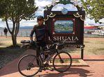 Jonas Deichmann überglücklich am Ziel seiner Weltrekordreise durch den amerikanischen Kontinent.
