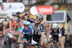 Marcel Kittel greift zum vierten Mal nach dem Etappensieg und macht ganz nebenbei Geschichte mit seinen 4 Siegen plus 2 Siege durch Tony Martin und einen von André Greipel. Sieben deutsche Etappensiege gab es in der Geschichte der Tour de France noch nie. (Foto: Sirotti)