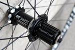 Das Hinterrad des DT-Swiss-RR21-Laufradsatzes ist um eine Dicut-Nabe aufgebaut und hat eine assymetrische Form, die mehr Steifigkeit gewährleistet.