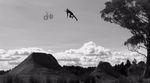 Die Dirtjumps auf dem Grundstück von Cam White im australischen Outback haben es in sich. Was dort alles schief gehen kann, zeigt dieses Video voller Stürze.