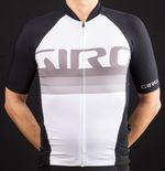 Durch intensiven Einsatz dehnungsfähiger Materialien sitzt das Giro Chrono Pro Jersey fast wie eine zweite Haut. Foto: Martin Schlichenmayer