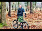 Luke Limbrick in den Wäldern mit seinem neuen Bike