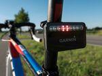 Garmin Varia Fahrradradar – Rücklicht-/Radareinheit: Ist die Straße hinter dem Radfahrer frei, so leuchten die mittleren zwei LEDs dauerhaft.