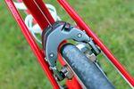 Die Center-Pull-Bremse am Trek Madone hat ein ganz neues Design und wurde speziell für dieses Bike entwickelt. Das neue Design ermöglicht eine Kabelführung, die komplett im inneren der Rohre verläuft.