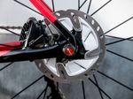 Für das Hinterrad reicht eine 140 Millimeter durchmessende Scheibe aus. Wie bei Discs üblich, sind die Laufräder durch eine Steckachse mit dem Rahmen verbunden. Foto: Arian Schlichenmayer