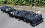 Jeder Tinkoff-Saxo-Fahrer hat zwei Taschen gepackt, bevor er in eine Tour de France-Etappe startet. In jedem Team-Wagen wird eine der Taschen gelegt. Vollgepackt mit Kleidung vom Sponsor Sportful, sind die Fahrer für alle Eventualitäten gerüstet.