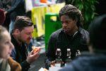 Während Stefan Lantschner (links) es sich schon schmecken lässt, scheint Brad Simms hinsichtlich der Pizza noch ein wenig skeptisch zu sein