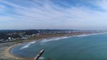 Eine Luftaufnahme des langen Strands mit dem olympischen Spot im Vordergrund.