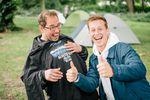 Sponsoring ist keine Einbahnstraße: Alex Stinshoff (rechts) hatte auf der Messe für Bodo Hellwig, der ein passionierter Schalke-Fan ist, das perfekte Geschenk dabei. HAHAHA!