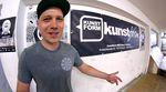 Daniel Fuhrmann nimmt uns mit auf eine Führung durch den Verkaufsraum, die Werkstatt, das Büro und die Lagerräume des kunstform BMX Shops in Stuttgart.